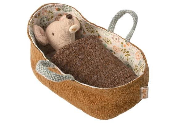 Babymaus in der Babytragetasche