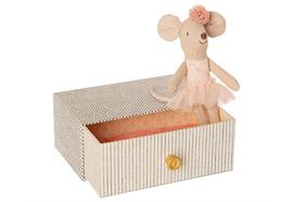 Tanzende Maus im Tagesbett, kleine Schwester