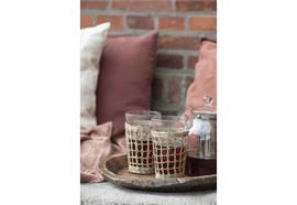 Trinkglas mit Strohgeflecht